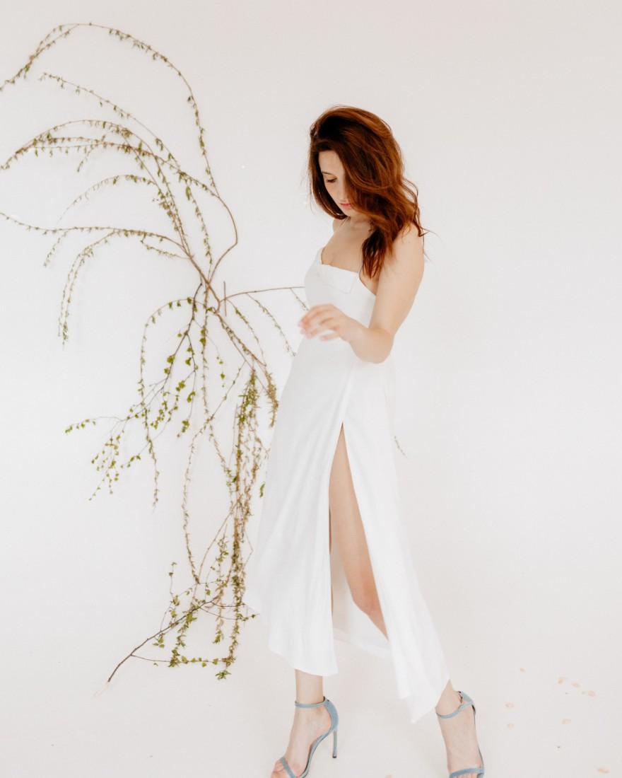 Літня сукня міді з відкритою спиною, біла