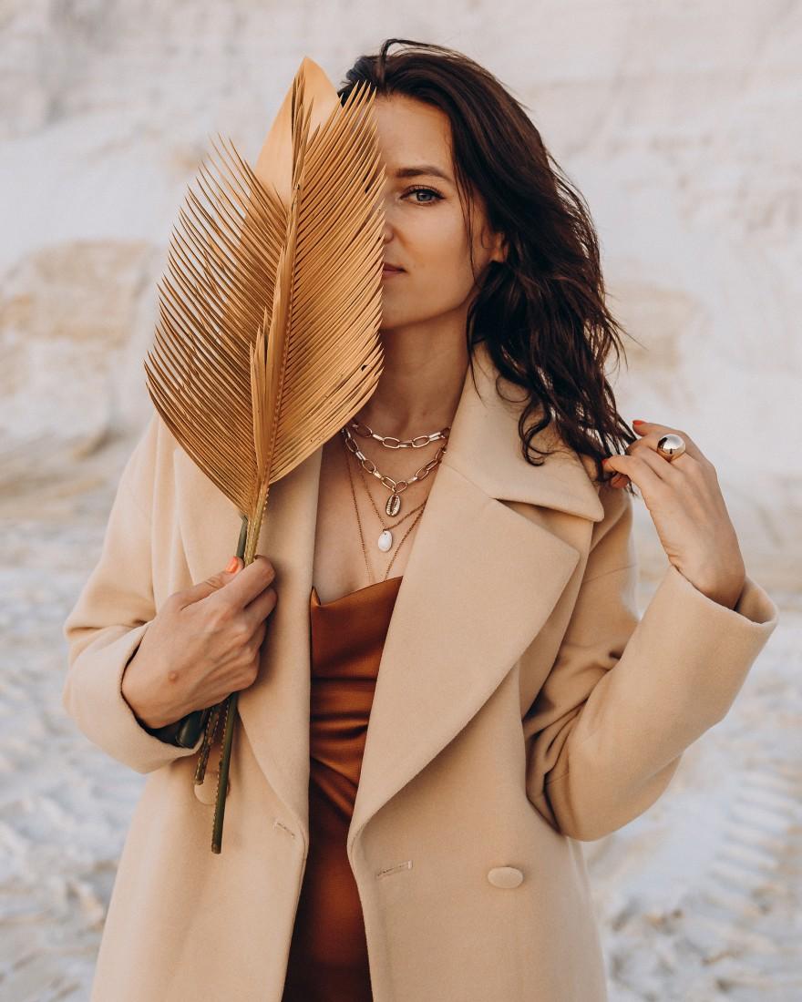 Довге жіноче пальто прямого крою з поясом 2 ґудзика, пісок