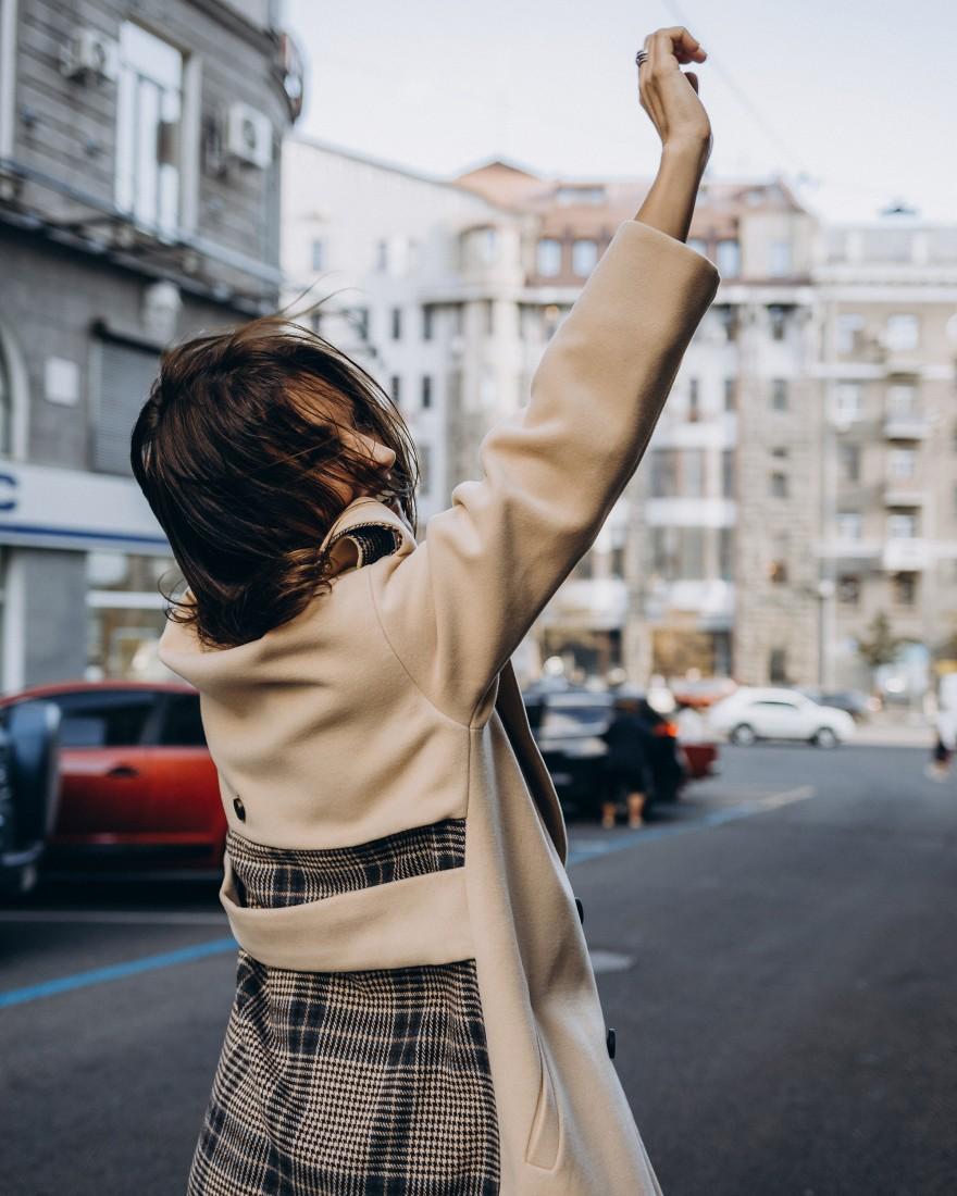 Довге пальто прямого крою з кокеткою 4  гудзика, бежеве, з вставкою в клітинку